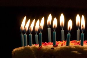 800px-Blue_candles_on_birthday_cake